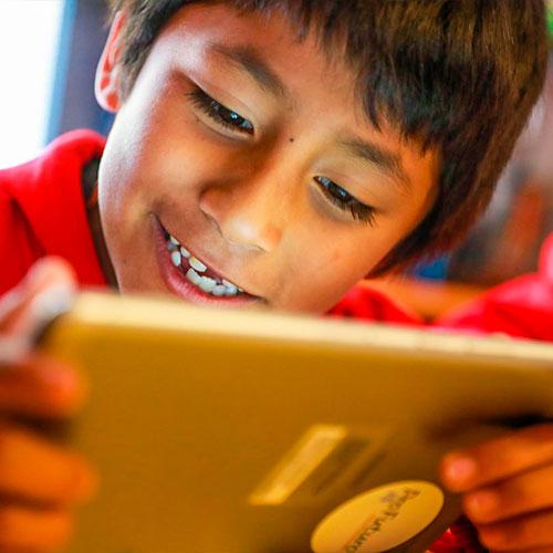 niño en tableta